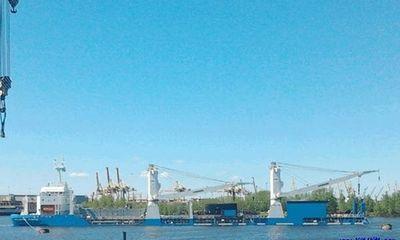 Lai dắt tàu ngầm Đà Nẵng lên tàu hàng Rolldock Storm