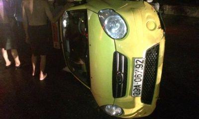 Taxi đâm thẳng bùng binh lật nghiêng, tài xế may mắn thoát chết