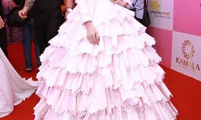 Trà Ngọc Hằng được săn đón vì mặc váy nặng... 150 kg
