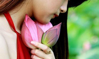 Đẹp mê hồn hình ảnh thiếu nữ Việt áo yếm bên hoa sen