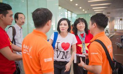 Tú Anh, Thu Thảo đến Singapore cổ vũ đoàn thể thao VN