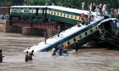 Sập cầu, tàu chở hơn 300 quân nhân rơi xuống kênh