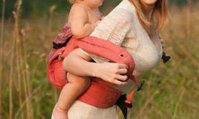Sai lầm gây tai họa khi địu con mà nhiều mẹ mắc phải