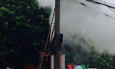Dây điện bất ngờ bốc cháy ngùn ngụt ở Hà Đông