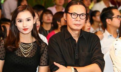 Đạo diễn Trần Lực ngại ngùng khi ngồi cạnh người đẹp trong sự kiện