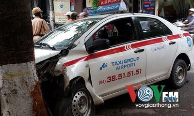 Taxi nổ lốp đâm thẳng gốc cây tại Hà Nội
