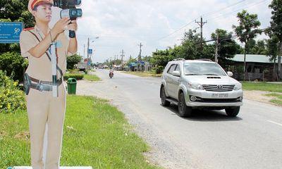 Cận cảnh CSGT mô hình 'cắm chốt' dọc đường ở miền Tây