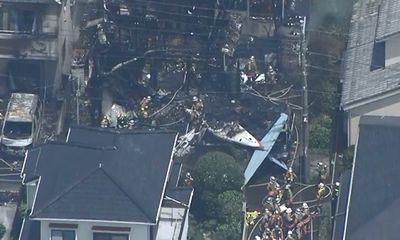 Máy bay hạng nhẹ rơi xuống Tokyo, nhiều nhà bốc cháy