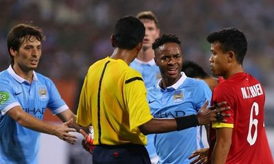 Vì sao Sterling nổi khùng với hậu vệ Việt Nam?