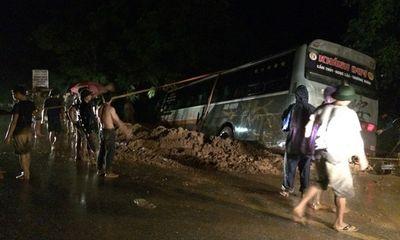 Xe khách 45 chỗ lao xuống hố sâu, hành khách la hét hoảng loạn