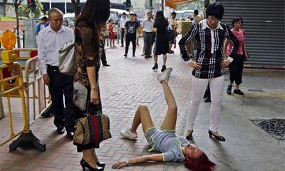 Chia tay bạn trai qua mạng, cô gái nằm lăn ra đường ăn vạ