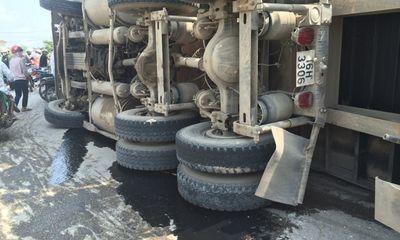 Xe container húc đổ cột điện, lật nghiêng trên đường quốc lộ