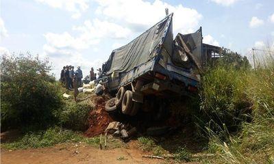 Hiện trường - Xe tải mất thắng tông vào nhà dân, 3 người thương vong