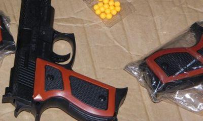 Mang súng nhựa đi cướp, bị chống cự, rút dao đâm chủ nhà