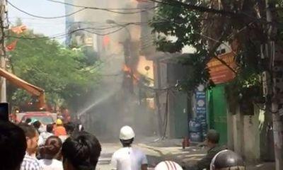 Hoảng loạn vì cột điện cháy ngùn ngụt ngay sát cửa hàng gas