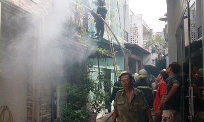 Cháy nhà của vợ chồng già nghèo khổ, 1 lính cứu hỏa bị thương