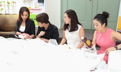 Hoa hậu Thu Hoài cùng con trai phát gạo cho người nghèo