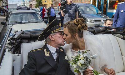 Những đám cưới chênh lệch tuổi tác khiến dân mạng xôn xao