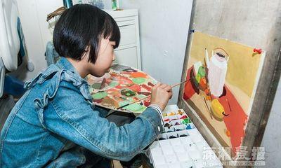 Em bé 8 tuổi vẽ tranh kiếm tiền cứu cha