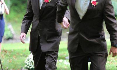 Xúc động cha đẻ nắm tay cha dượng đưa con gái vào lễ đường