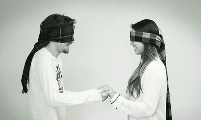 Clip: Điều gì xảy ra khi hai người chưa từng gặp, bịt mắt và hôn nhau?