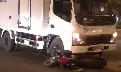 Vượt đèn đỏ, hai thanh niên bị ô tô tông nguy kịch