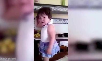 Thích thú với clip bé gái đang khóc liền cười ngay khi mẹ chụp ảnh