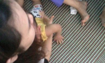 """Vụ trẻ 14 tháng tuổi bị trói chân tay: Bảo mẫu nói bị """"ép"""" nhận tội?"""
