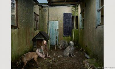 Đau lòng những đứa trẻ sống cùng động vật qua bộ ảnh nổi tiếng