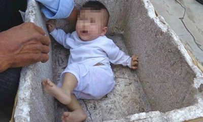Bé gái 6 tháng tuổi bị bỏ rơi trong thùng xốp trước nhà người dân