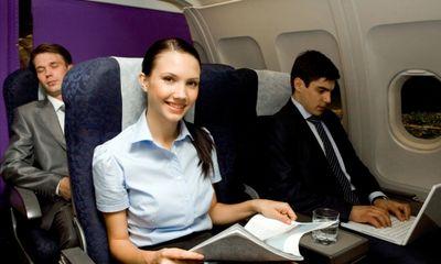 """Máy bay hạ cánh khẩn vì hành khách tự lột đồ đòi làm """"chuyện ấy"""""""