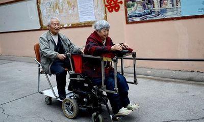 """Xúc động cụ ông 79 tuổi chế tạo """"xe lăn tình yêu"""" cho vợ"""