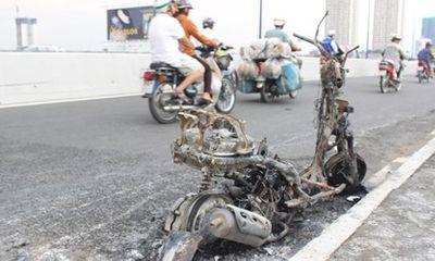 Xe đang đi cháy rụi trên cầu Sài Gòn, thiếu nữ vội vứt xe bỏ chạy