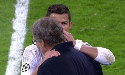 Bị chủ tịch Real chặn đường chất vấn, Ronaldo liên tục
