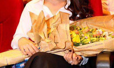 Nhã Phương tặng hoa, ôm hôn chúc mừng thành công liveshow Trường Giang