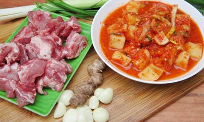 Canh kim chi củ cải nấu sườn ngọt vị xương, cay vị kim chi xứ Hàn