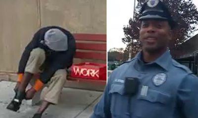 Xúc động hình ảnh cảnh sát mua giày cho người đàn ông vô gia cư