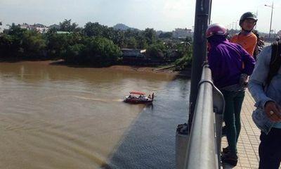 Cô gái bất ngờ bỏ lại xe máy, gieo mình xuống sông Đồng Nai