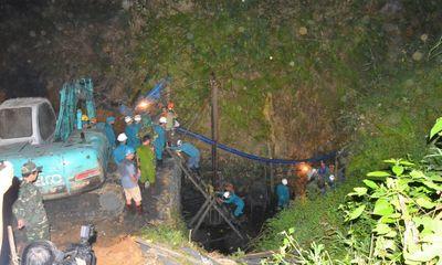 Trắng đêm tìm kiếm hai công nhân vụ sập mỏ than Hòa Bình
