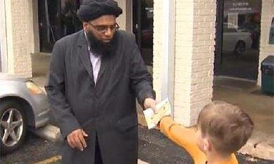 Cậu bé 7 tuổi đập lợn tiết kiệm quyên tiền cho nhà thờ Hồi giáo