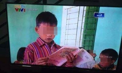 Cầm sách giáo khoa ngược, học sinh vùng cao vẫn đọc bài trôi chảy