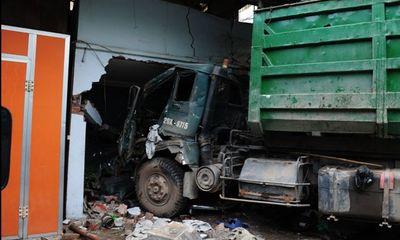 Xe chở rác gây tai nạn liên hoàn, 3 người thương vong
