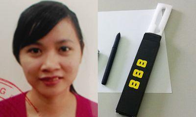Nữ kế toán dùng bút