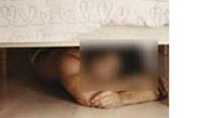 Núp dưới gầm giường chờ vợ chồng gia chủ ngủ say để trộm