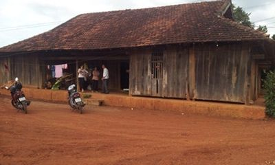 Dỡ nhà cũ, bán gỗ 'mục' thu chục tỷ