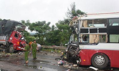 Gia đình 6 người thoát chết trong vụ tai nạn kinh hoàng