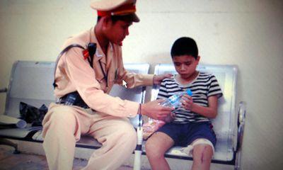 CSGT Hà Nội cứu đứa trẻ