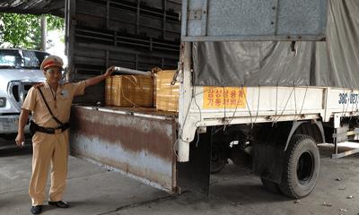 Bắt giữ xe ôtô tải vận chuyển 13 thùng thịt không rõ ngồn gốc