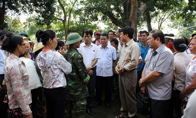 Vụ chôn thuốc trừ sâu tại Thanh Hóa: Người dân khóc với đại biểu quốc hội
