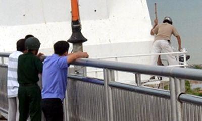 Đà Nẵng: Lên cầu treo cổ tự tử